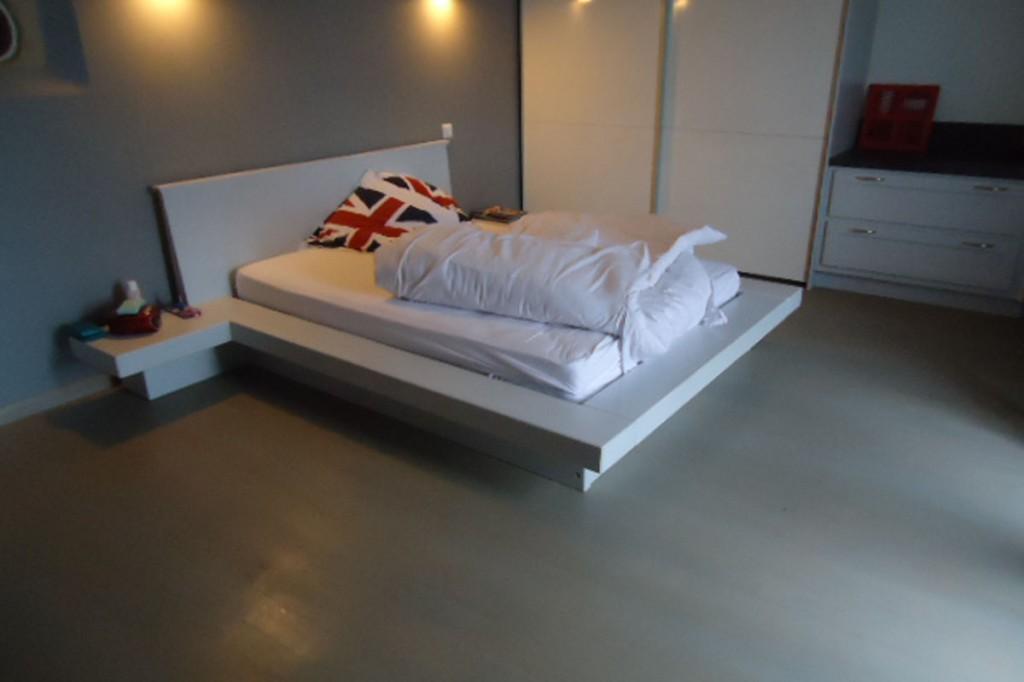 lit-moderne-avec-chevet-attenant